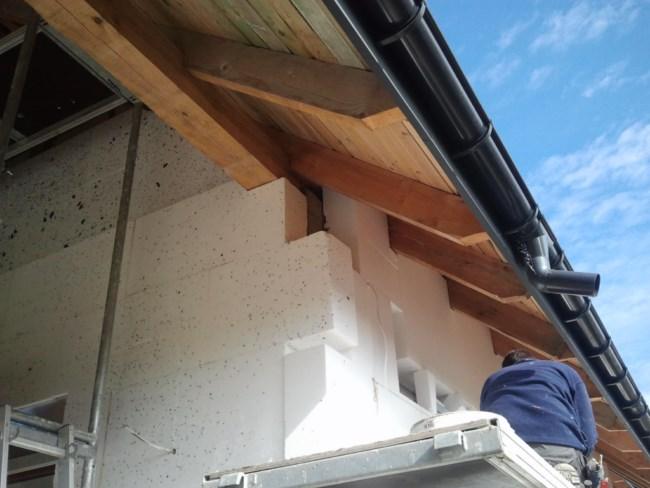 Dociepienie pod okapem ze szczeliną wentylacji dachu