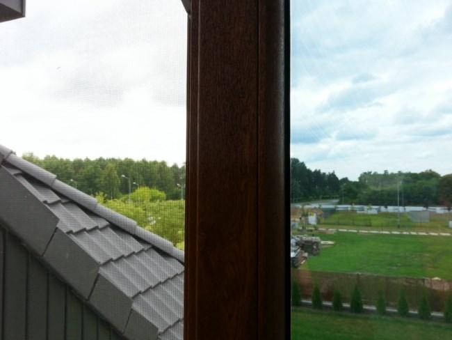 Porównanie przejrzystości okna z folią i bez