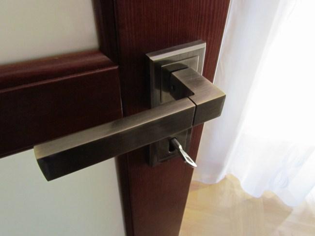 Montaż klamki w drzwiach wewnętrznych