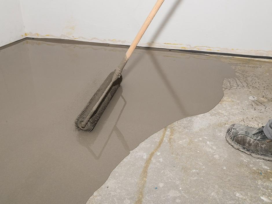 Sposób na szybkie wyrównanie podłoża pod płytki w łazience